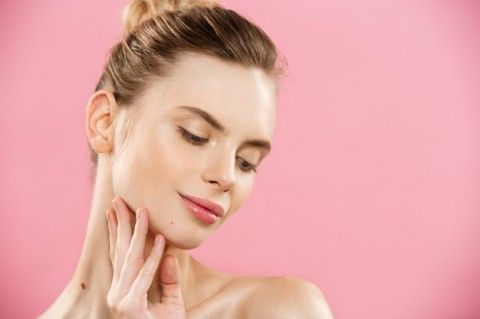 concepto-belleza-close-up-retrato-nina-caucasica-atractiva-piel-belleza-natural-aislado-fondo-color-rosa-copia-espacio_1258-1073